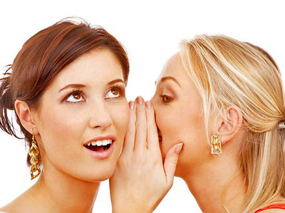 Парень целует девушку в губы с языком